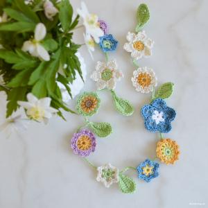 Virkade blommor på kvist